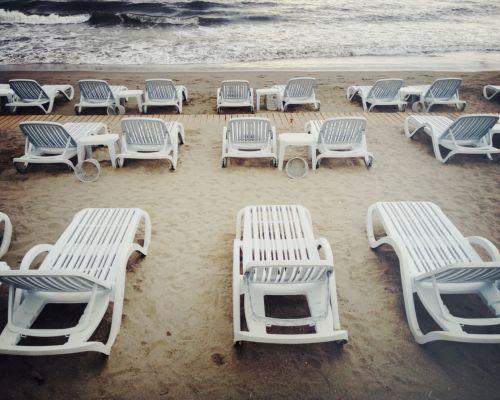 sillas frente a la playa